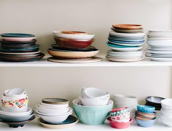 料理が決まったら、使う食器もチェック。パーティーが華やかになる大皿や大鉢も欲しくなってしまいますが、普段の保管場所に悩んでしまうかも。容器の平らな蓋やお盆、木製まな板など、身近にあってお皿変わりになるものも探してみましょう。お客さまが多い場合は、使い捨て紙皿や紙コップを用意するのが手軽です。