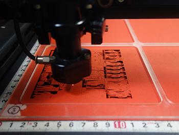得意としているのは、厚紙の印刷や加工技術。細かに計算されたデザインによって、子供でも簡単に組み立てられる本格的なクラフトを作り出すことができます。