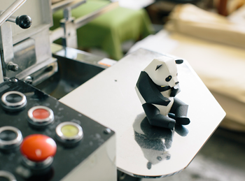 ちょこんと座った姿が愛らしいパンダのクラフト。体の一部が動くように設計されていて、ポーズを楽しむこともできます。