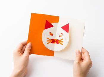 パーツを張り付けて自分で作るポップアップカードです。カードの動きに合わせて目や口が動く仕掛け付き。
