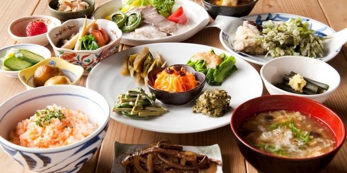 三省ハウスの楽しみのひとつは、集落のお母さんたちが愛情を込めて作ってくれる、越後松之山の家庭料理。地元で採れた里山の恵みに、お腹も心も満たされます。