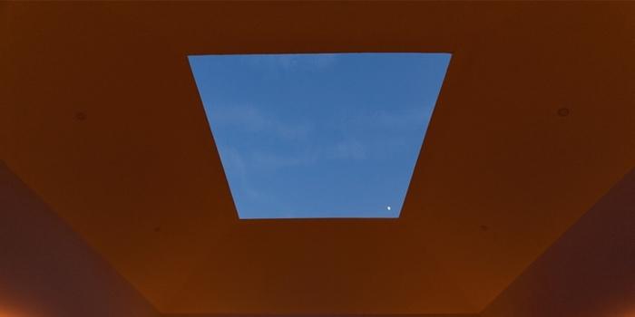 「光の館」の特徴は、屋根がスライドして天井が開くということ。四角く切り取られた窓から見える空は、さまざまな色や表情を見せてくれます。空気の澄んだこの地域ならではの、美しい空を感じてみて。