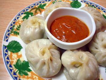 日本では認知度が低いネパール料理は、インド料理と一緒に提供する店が多いですが、こちらは正真正銘ネパール家庭料理専門店の「MOMO(モモ)」。雑居ビルの1室にある25席の小さめのお店にネパール人が集っています。 店名にもなっているネパール餃子「モモ」が名物です。鶏肉ミンチに玉ねぎやネパールのスパイスを入れた餡を皮に包んで蒸した小籠包に似た蒸し餃子。トマトベースのタレで不思議なテイストを味わえます。