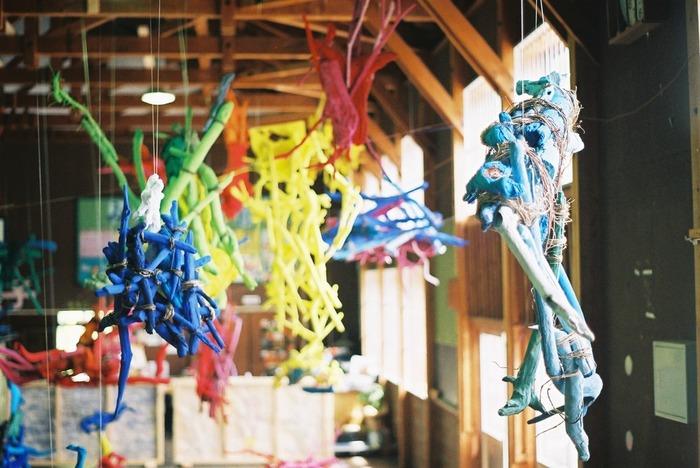 校舎中に配したオブジェは伊豆半島の海辺と日本海で集めた流木や木の実などの自然物に絵具を塗ったもの。自然の優しさや強さを感じます。