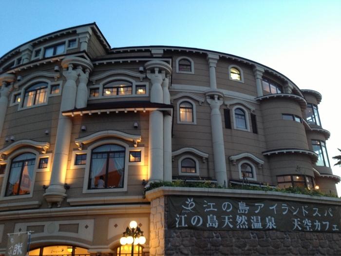 江ノ電・江の島駅から徒歩約14分。ここだけで一日楽しめちゃいそうなくらい充実した施設です。館内は5階建てになっており、低温サウナ・天然温泉・エステ・温水プール・休憩スペースなど、盛りだくさん♪