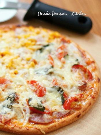 手作りピザもパーティーが盛り上がります。子どもにお手伝いで好きな具材をのせてもらって焼けば、イベント感もアップします。生地は膨らみすぎないよう冷蔵庫で待機!
