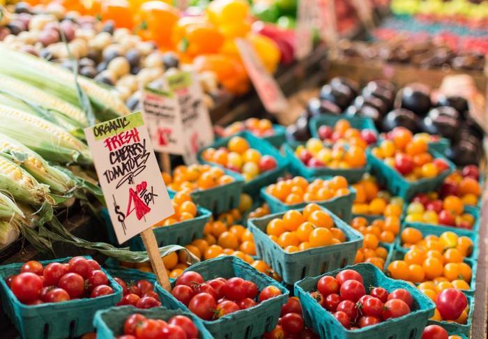 すぐ調理する肉・魚以外の野菜や果物、スナックなどの買い物をスタートしましょう。あまり早く買い物しすぎると、冷蔵庫内が占領されてしまいます。