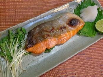 鮭は一年中手に入る魚ですが、特に秋の鮭は「秋味」「秋鮭」と呼ばれ脂がのっておいしいといわれています。シンプルな塩焼きは、皮をカリっと焼いて皮ごといただきましょう。皮にはDHA、コラーゲンといった栄養もたっぷり♪