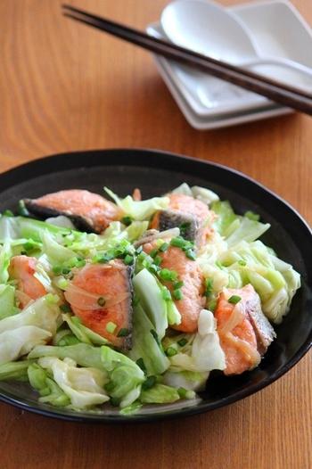 ■秋鮭とキャベツの味噌バター炒め 北海道の郷土料理・鮭と野菜を味噌炒めにする「ちゃんちゃん焼き」をアレンジした一品。鮭は塩焼きも美味しいですが、バターとの相性も抜群ですよね♪味噌とバターのコンビネーションでペロリと食べてしまいそう。
