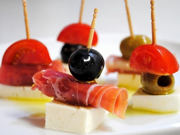 お酒にも合う華やかなピンチョスもぜひ用意しておきたいところ。市販のチーズやハム、オリーブを爪楊枝で刺すだけで作れる手軽さも魅力です。