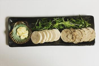 手頃な価格の鶏むね肉で作る「鶏ハム」は、そのままスライスしておつまみにしても◎ またサラダやサンドイッチの具材にも使えるので副菜にも役立ちます。