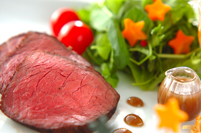 大人メインのパーティーには、やはりどどん!とメイン料理があると華やぎます。なかでも見た目が豪華でスペシャル感のあるローストビーフは、メインにもってこい♪炊飯器を使えば簡単にきれいなローズ色に仕上がります。