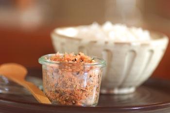 塩鮭が余っていたらふりかけにしてしまうのはどうでしょうか♪白ゴマと黒ゴマ、青のり、かつお節、も加えた風味豊かなふりかけレシピです。お茶漬けなどにも合いそうですね。