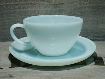 ターコイズブルーのカップアンドソーサー。こちらは短い期間しか製造されなかった希少品とのこと。