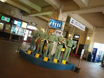 六甲ケーブルの六甲山上駅に到着すると愉快な音楽が聞こえてきます。 こちらの作品は、明和電機「ひっぱれ!六甲ケーブルカー」2017。 六甲ケーブルを陰で支え運営する運輸部の作業員にスポットを当てた作品です。
