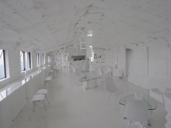 真っ白なカフェスペースに釘付けになります。 その名も、開発良明「スペース・ホワイト・カフェ(SWCafe)」2017。 街中では出会えない異空間で、実際にカフェタイムを楽しむことも可能なんです!
