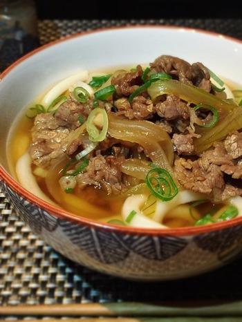 (調理時間5~15分) 手ごろな薄切り牛肉でも美味しくできる、がっつり系の肉うどんレシピ。ボリュームたっぷりなので一品でおなかいっぱいに。