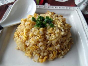 (調理時間5分) お味噌と玉ねぎのコンビネーションが絶品の簡単チャーハン。冷蔵庫にあるものでパパっと作れてしまうのが魅力です。