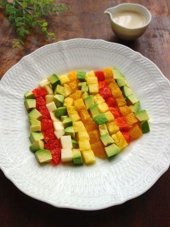 キューブ型にカットしてずらっと盛りつけられたアボカドとフルーツたち!季節のフルーツを使って、好きなように組み合わせられるのが魅力。