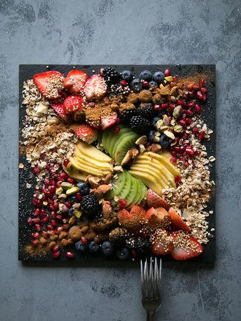 ナッツやオートミールなどと一緒に、カットしたフルーツを並べたフルーツプレートです。まるでアート作品のような仕上がりです。