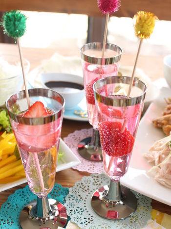 シャンパングラスに、カットしたイチゴとシロップ、炭酸水を注いだノンアルコールカクテルです。フルーツの色を視覚で存分に楽しめるのがガラス容器の魅力ですね。