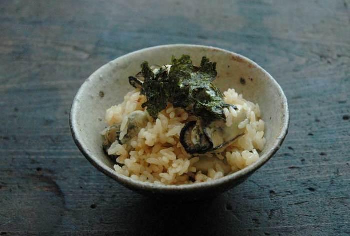 いよいよ牡蠣のシーズン。ぷっくりとうまみのエキスの詰まった牡蠣を炊き込みご飯にして、そのジューシーなおいしさを味わい尽くしましょう。牡蠣は、調味しただしで下ゆでしていったん取り出し、蒸らしのときに戻すことでかたくならないようにします。