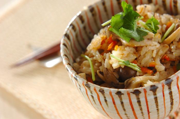 新米の季節。もちろん、炊きたての白米をそのままいただくのもおいしいのですが、旬の食材など加えて仕上げる炊き込みご飯も絶品!具材のうまみがたっぷりしみ込んだ新米は、おかずがいらないほどの満足感をもらたしてくれます。さて、今夜はどんな炊き込みにしますか?