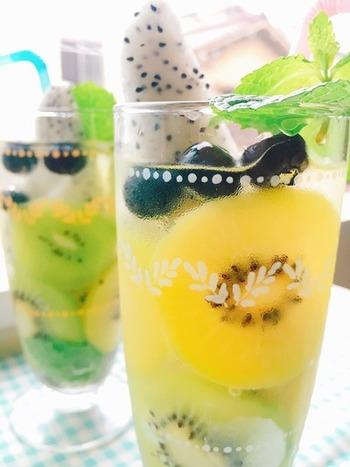 薄く切ったキウイをグラスの内側に貼り付けるように並べ、残りのフルーツをIN。 ビネガーウォーターを注げば、とっても美しいフルーツグラスの出来上がりです!