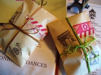 マスキングテープでペタペタと飾って封をし、ししゅう糸を巻きつけるだけで完成の、簡単ラッピング。シンプルでかわいい!