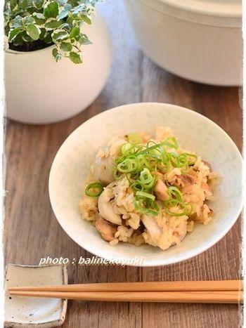 鶏肉と里芋を使った炊き込みご飯のレシピ。こちらは、人気のホーロー鍋「バーミキュラ」で炊いているので、ふっくらほくほくです。