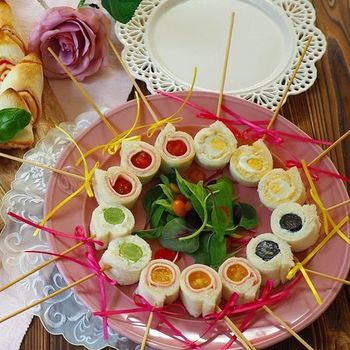 ロールフルーツサンドを一口大にカットして、それぞれ串をさせば、食べやすいロりポップサンドに。パーティーに最適の盛りつけ方です。