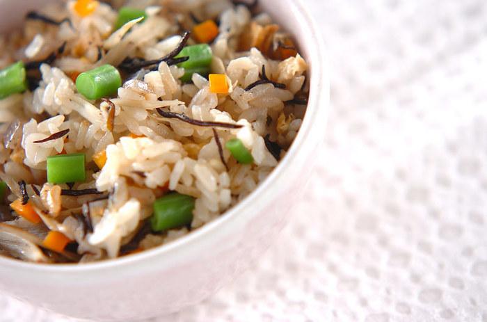 芽ヒジキのほか、たっぷりの旬の根菜なども入って栄養バランス満点の炊き込みご飯。もち米を入れるのも、炊き込みご飯をおいしく仕上げるコツのひとつ。食べ応えもあり、大満足の1杯になります。