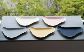 """可愛いものが大好きな大人のために…というコンセプトで作られた小皿は、""""取り皿""""と""""鳥皿""""という言葉遊びにも、思わず笑顔になってしまいます。 華やか過ぎない抑えめのカラーで、盛り付けた料理を美味しく引き立ててくれます。"""