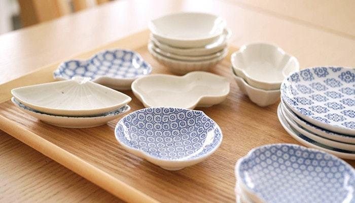 細かな模様も形も、小さなサイズも上品な中に可愛らしさのある東屋の豆皿。 お醤油を入れたり、漬物や薬味をのせたり、何かと役立つ豆皿は、ひょうたんや扇など形違いをたくさん並べれば、どれから手を付けようか迷ってしまう賑やかな食卓に♪