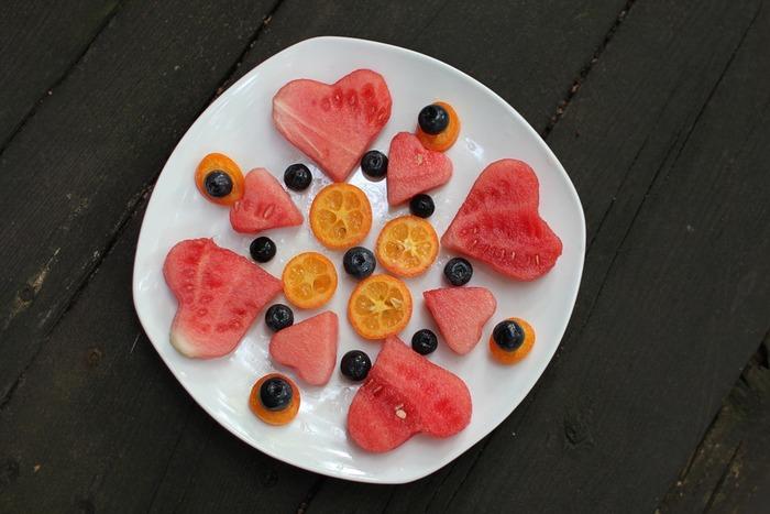 フルーツをただお皿に並べるだけでは味気ないので、ちょっと工夫を。スイカをハート型にくりぬくだけで、可愛い盛り付けになります。バランスよく並べるのがコツです。