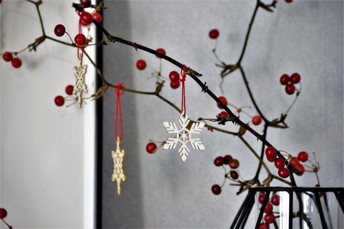 クリスマスにピッタリな赤い実のついた枝に、セリアの木製オーナメントを付けて。シンプルさとお手軽さが魅力です。