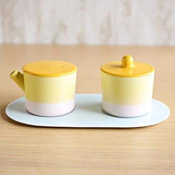 「醤油差し」というと和風デザインのものばかり。洋食器と相性が良いデザインが欲しいという方におすすめのキャニスター。 和食器ではなかなか出会えないパステルカラーで、洋風のお料理が並ぶ食卓でも統一感を出すことができます。