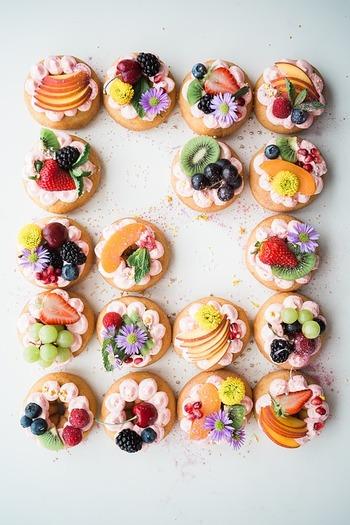 ケーキの上にいろんなフルーツをたっぷりのせて華やかに。食用の花をのせると、より色鮮やかになります。市販のカップケーキを使えば、クリームやフルーツをのせるだけなので手軽にできますよ。
