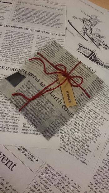 画像ではワックスペーパーを使っていますが、包装紙でもできる、ナチュラルラッピング。英字の書かれた包装紙を麻紐で包んだ、さりげなくもおしゃれなアイディアです。