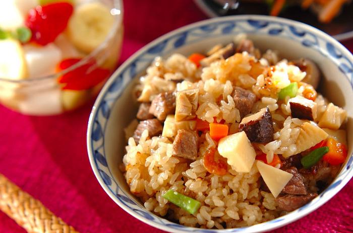 もち米を使ったおこわ風炊き込みご飯。もっちり食べ応えがある、メイン級のご飯ものです。干し椎茸や干し海老のだしのうまみが、お米ひと粒ひと粒にからむ絶品メニューです。