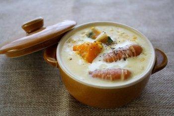 とうもろこしとかぼちゃの優しい甘みが口いっぱいに広がるクリームスープ。お子さまも大好きなウィンナーを入れて、お腹いっぱいの大満足スープに。