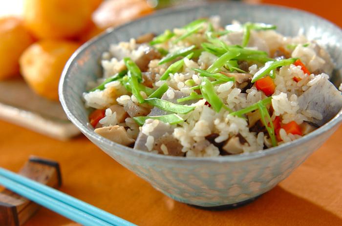 いまがおいしい里芋などをふんだんに使った、秋の味の具だくさん炊き込みご飯。上品な味つけで、おもてなしにもおすすめのご馳走ご飯です♪絹さやを散らすと、彩りもきれい。