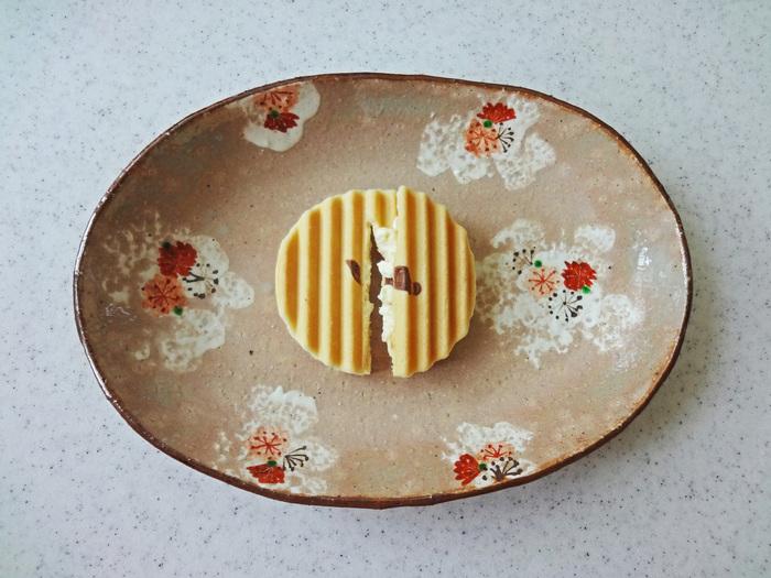 こちらは関東地区のみ限定販売の「鎌倉せんべい」。さっくりした食感のせんべいに、口どけのいいクリーム。どこか懐かしい素朴な味わいが人気です。