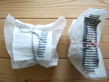 細長く余ってしまったハギレは、ラッピングの味付けに大活躍!ワックスペーパーのふた部分にハギレを縫い付けて、リボンでぐるっとまとめたら完成です。
