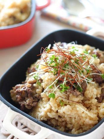 たっぷりの牛肉を使ったボリューム満点の炊き込みご飯。お肉をフライパンで軽く焼き色をつけてからお米と炊きます。男性にも喜ばれそうですね。