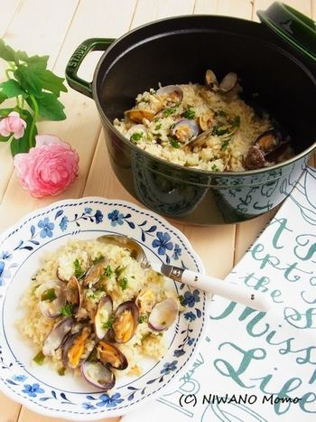 あさりのスープがご飯にしみ込み、滋味あふれるおいしさの炊き込みご飯は、スペインの北部・バスク地方の郷土料理だとか。スペインではカスエラという鍋で作りますが、日本ではホーロー鍋などがおすすめ。
