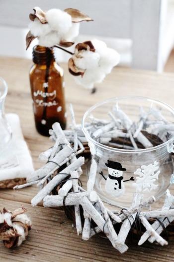 空き瓶やガラスのコップに自分で絵を描いて。普段見慣れたコップもかんたんにクリスマス仕様になり、シーズンが終わったらはがして元に戻すことができます。