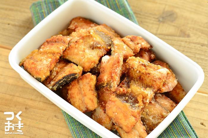 さんま以外にもいろいろな青魚でできる竜田揚げ。調味料に漬け込んで片栗粉をまぶして揚げ焼きするだけで、簡単に竜田揚げができてしまいます。