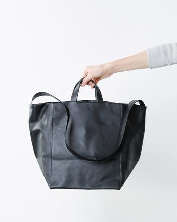 バングラディッシュ産の最高級のカウレザーを使用したリュックサックです。素材選びからバッグの制作が始められるほどに革には拘っており、素材の良さを生かしてシンプルに、使いやすく仕上げたハイクオリティなアイテムです。