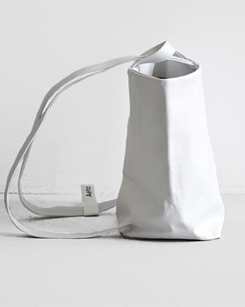 レザーとレザーをハイドロリックプレス機で圧着した張りのある素材を使い、立体感のある繊細なバッグ。 革本来の風合いが生きるよう、一枚の革をより少ないアクションで形作っています。